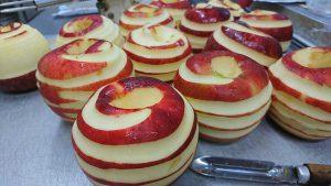 りんごの香りを最大限に引き出す為に皮を少し残して剥いてます。